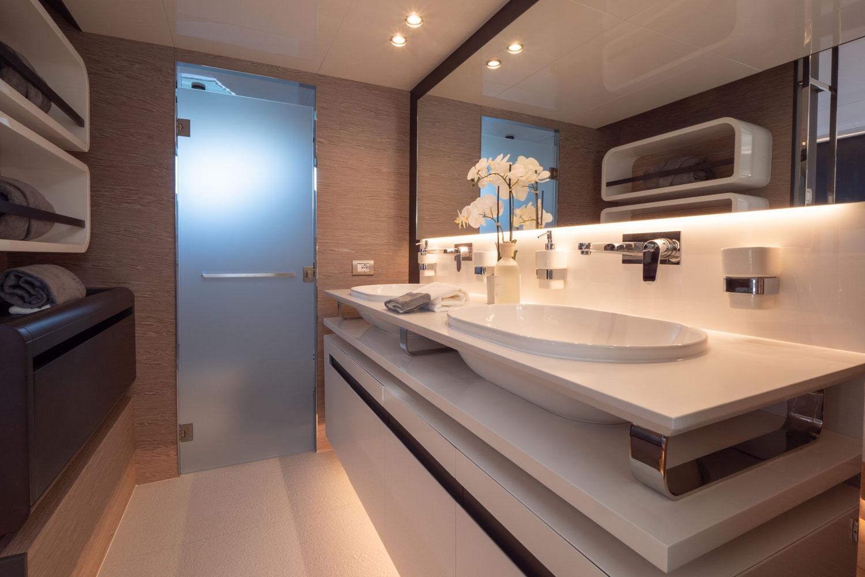 Extra 93 Bathroom Yacht